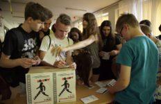Młodzież głosuje na filmy wyświetlane podczas Retrospektywy